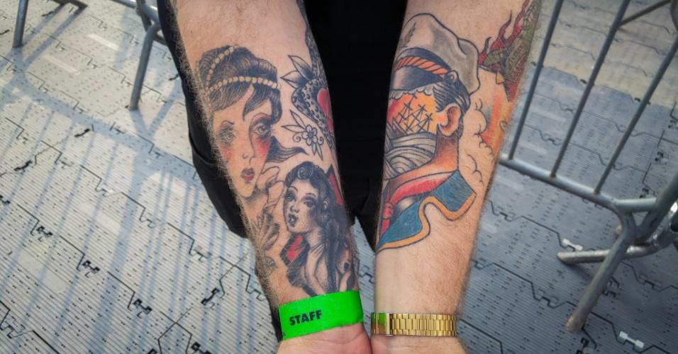 23.jan.2016 - Muitas tatuagens foram vistas no Urban Stage, onde acontece o CarnaUOL, em São Paulo. O evento tem como atrações principais Banda Eva e Ivete Sangalo.