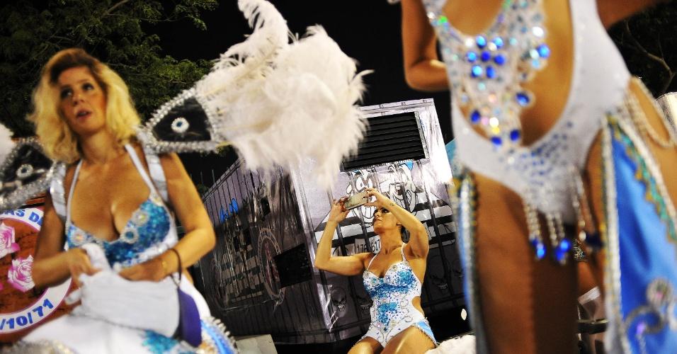 6.fev.2016 - Suadas, musas tiram as fantasias depois do desfile da Nenê de Vila Matilde no Anhembi