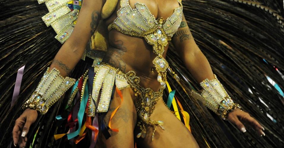 7.fev.2016 - Detalhe do corpo da rainha de bateria da Acadêmicos do Tucuruvi, Aline Riscado