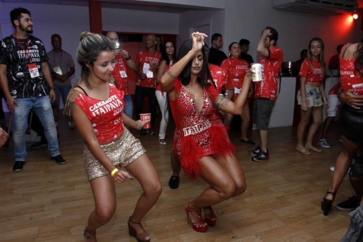 8.fev.2016 - Com vestidinho curto, Aline Riscado dança até o chão em camarote da Sapucaí