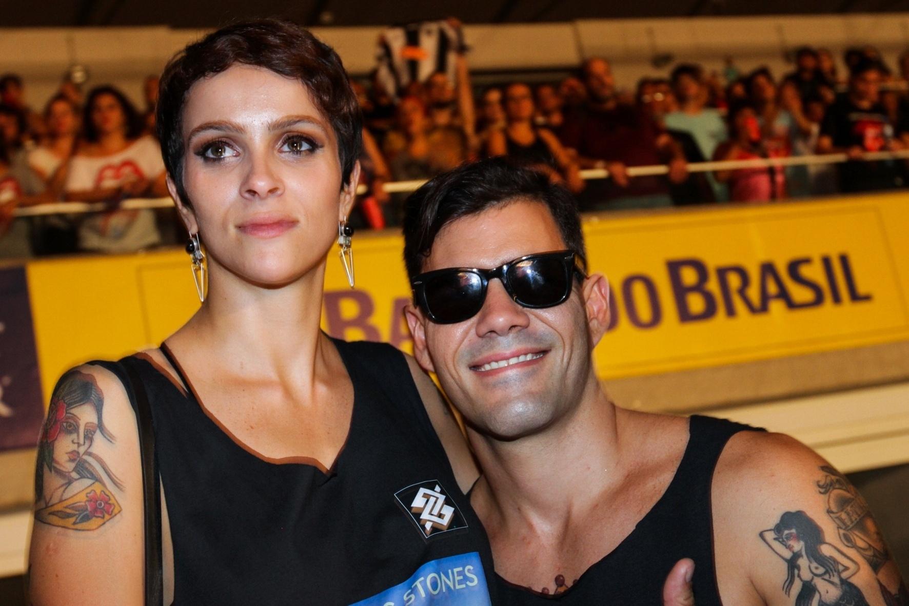 20.fev.2016 - O ator Juliano Cazarré curtiu o show dos Rolling Stones no Maracanã, no Rio, agarradinho com a sua mulher, Letícia Bastos