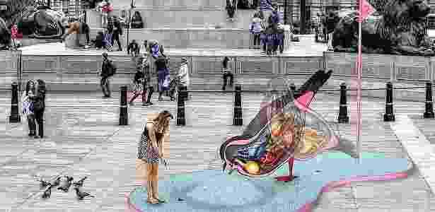 Aqui, o público terá que fazer a bolinha passar por dentro da escultura de uma pomba - Divulgação/London Design Festival