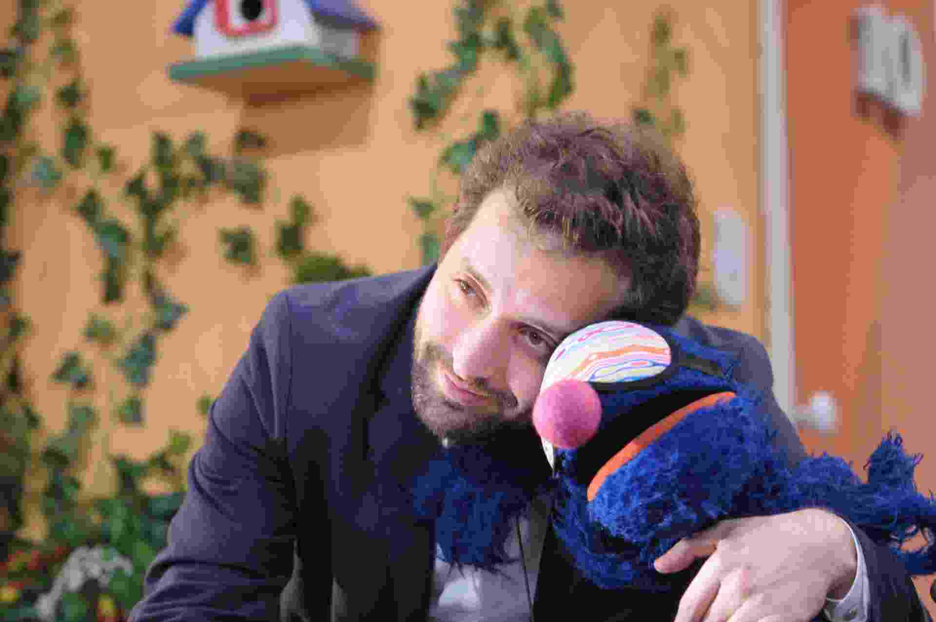 """O humorista Gregorio Duvivier abraça o boneco Grover na série """"Sésamo"""" - Jair Magri/TV Cultura"""