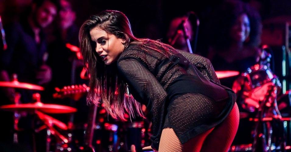 """1.out.2016 - Anitta cantou e dançou com MC João, dono do hit """"Baile de Favela"""", em sua volta aos palcos, em São Paulo"""
