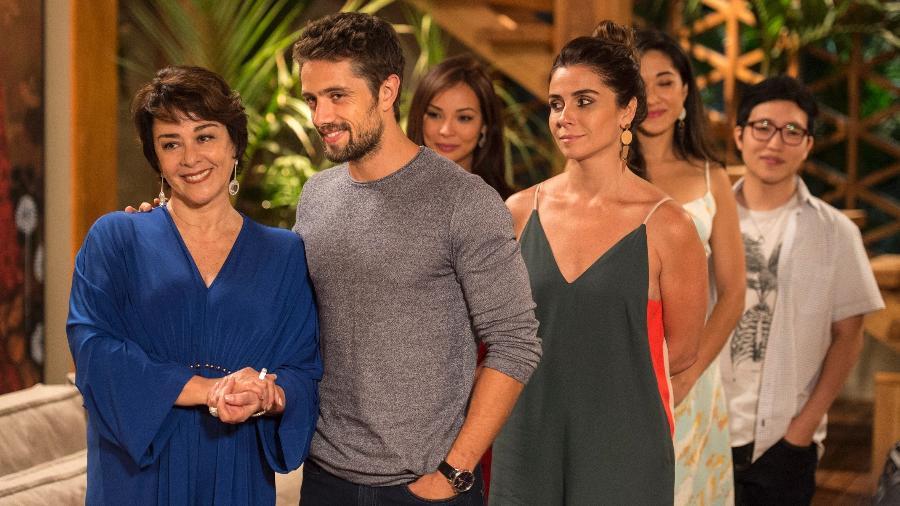 """Mocinha (Nivea Maria) é recepcionada por César (Rafael Cardoso) e Alice (Giovanna Antonelli) em """"Sol Nascente"""" - Caiuá Franco/TV Globo"""