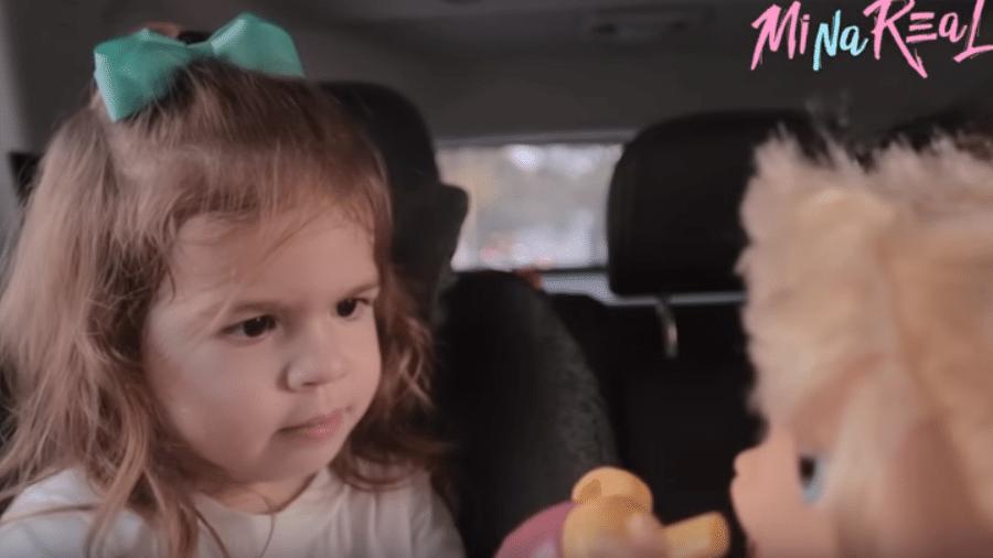 """Valentina """"briga"""" com boneca falante em vídeo publicado pela mãe, Mirella Santos - Reprodução/YouTube"""