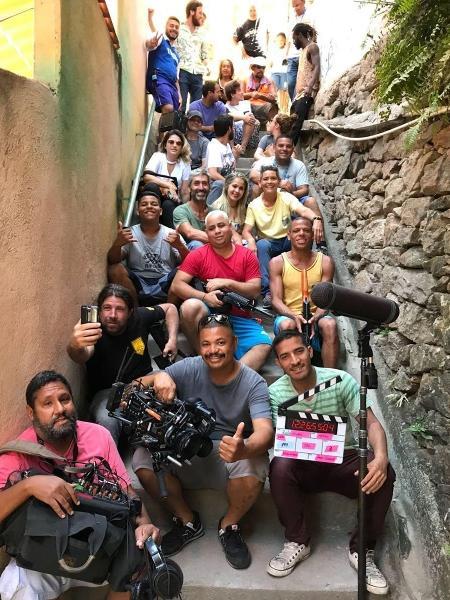 """Emilio Dantas reúne equipe da Globo em favela de """"A Força do Querer"""" em foto de despedida - Reprodução/Instagram/emiliodantas"""