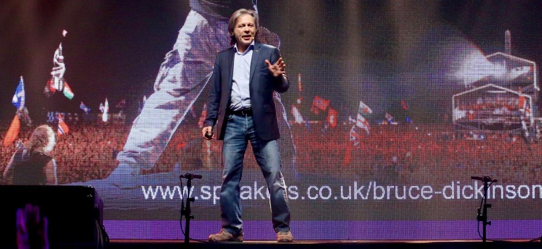 Bruce Dickinson, do Iron Maiden, discursa em evento de empreendedorismo em São Paulo - Manuela Scarpa/Brazil News