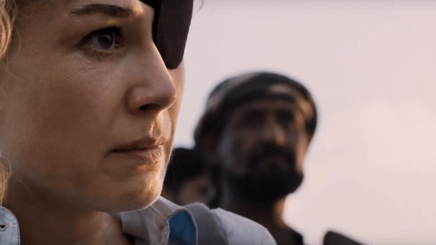 """Rosamund Pike em cena de """"A Private War"""" - Reprodução/YouTube"""