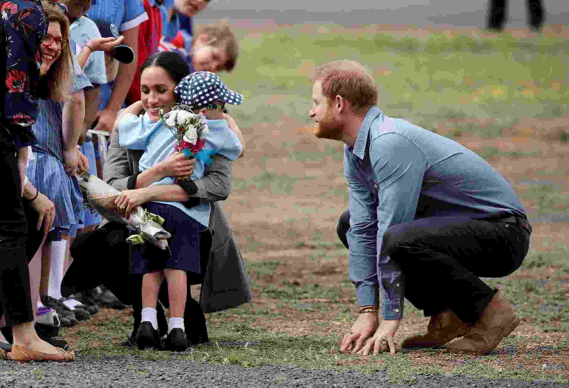 Em Dubbo, na Austrália, o garotinho Luke Vincent roubou a cena ao pular o bloqueio do público e interagir diretamente com Meghan e Harry - Getty Images