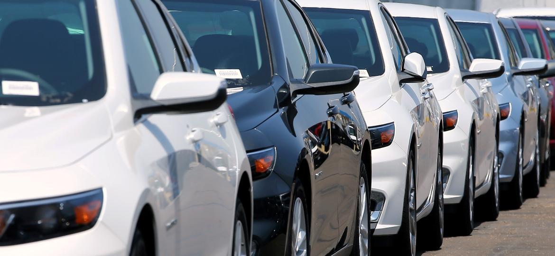 Fila de carros em concessionária da General Motors na Califórnia (EUA): cliente não quer sedã - Mike Blake/Reuters