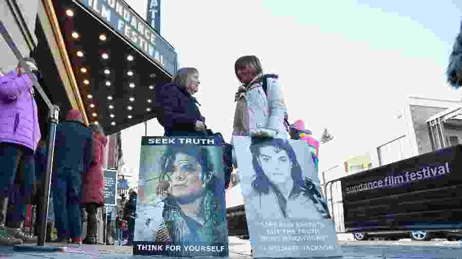 Festival de Sundance: mulheres levam cartazes em defesa de Michael Jackson para frente de cinema que exibiu documentário polêmico sobre o cantor - David Becker/Getty Images