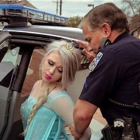A princesa Elsa é presa em ensaio feito em 2017 e compartilhado pela polícia americana - Reprodução