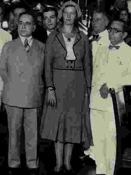 A nadadora Maria Lenk (centro), primeira brasileira em Olimpíadas, recebida pelo então presidente Getúlio Vargas (à esquerda) - Wikimedia Commons