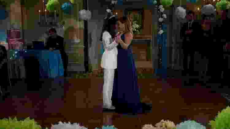 """Elena dança com a mãe, Penelope (Justina Machado), em """"One Day at a Time"""" - Divulgação/IMDb - Divulgação/IMDb"""