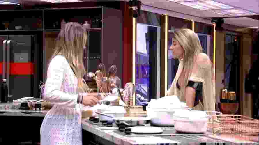 Paula e Hariany discutem na cozinha - Reprodução/GloboPlay