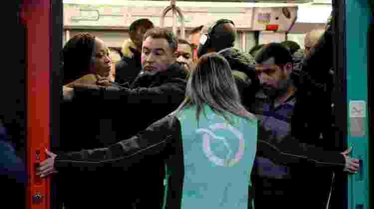 09.12.2019 - Lotação nos metrôs: as maioria das linhas está paralisada em Paris - Aurore Mesenge/AFP