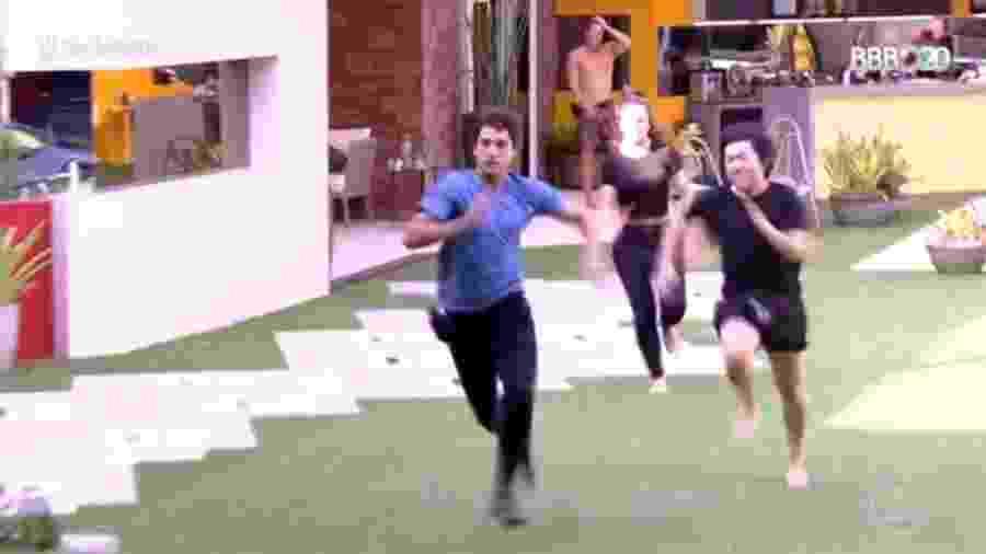 Prior e Pyong correm para atender o Big Fone; ao repetir a cena, Leifert disse que o mágico tentou agarrar o colega - Reprodução / TV