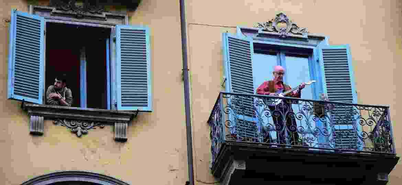 Italianos cantam das janelas durante quarentena por coronavírus - Massimo Pinca/Reuters