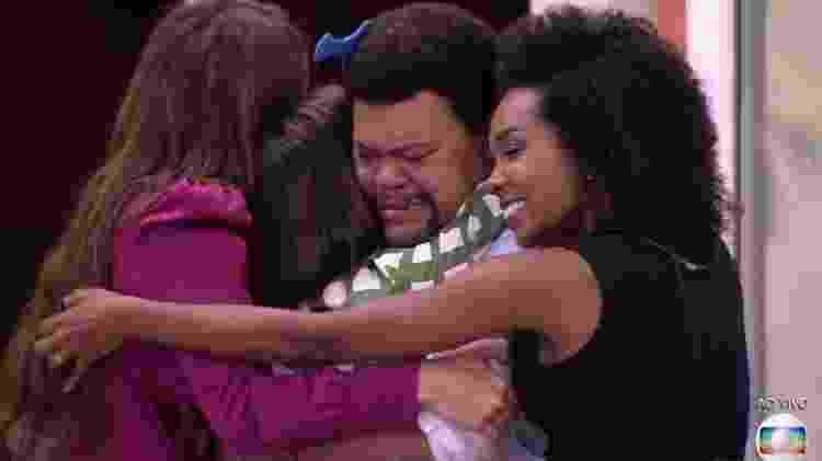 Rafa, Manu, Babu e Thelma se abraçam após a saída de Mari - Reprodução/TV Globo - Reprodução/TV Globo