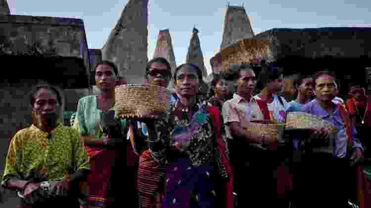 Mulheres sumbanesas realizam rituais no túmulo de seus ancestrais - Getty Images - Getty Images