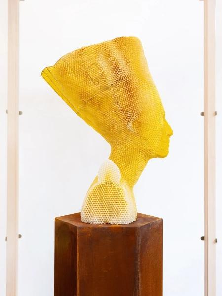 Obra com favos de mel do Busto de Nefertiti finalizada - Titia Hahne - Titia Hahne