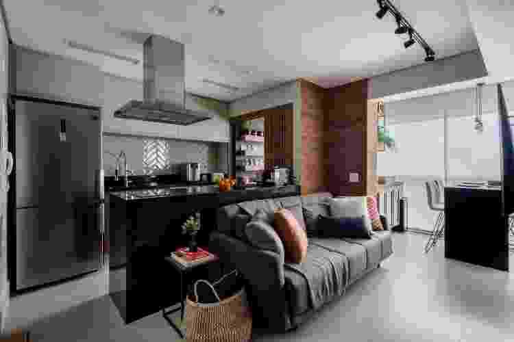 Neste projeto, a coifa além de ser funcional, faz parte da decoração do apartamento que possui um estilo mais industrial. - Nathalie Artaxo - Nathalie Artaxo