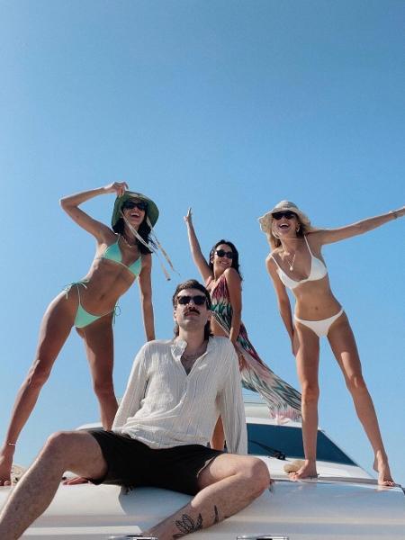Bruna Marquezine com Celina Locks e amigos em Mykonos - Reprodução/Instagram