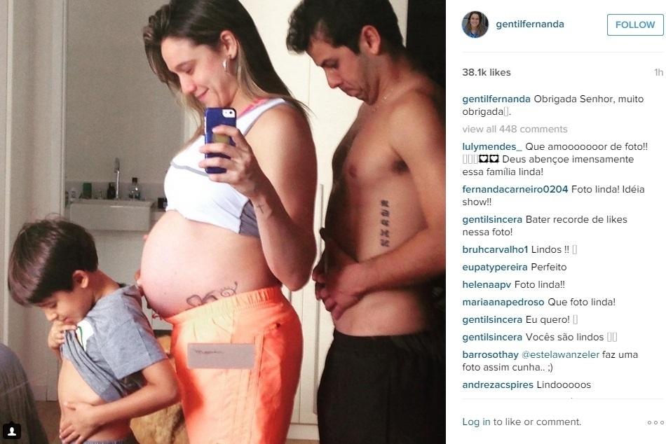 18.jul.2015 - A jornalista Fernanda Gentil mostrou sua barrigona de oito meses no Instagram em uma foto bem humorada, acompanhada de seu afilhado Lucas e do marido Matheus Braga