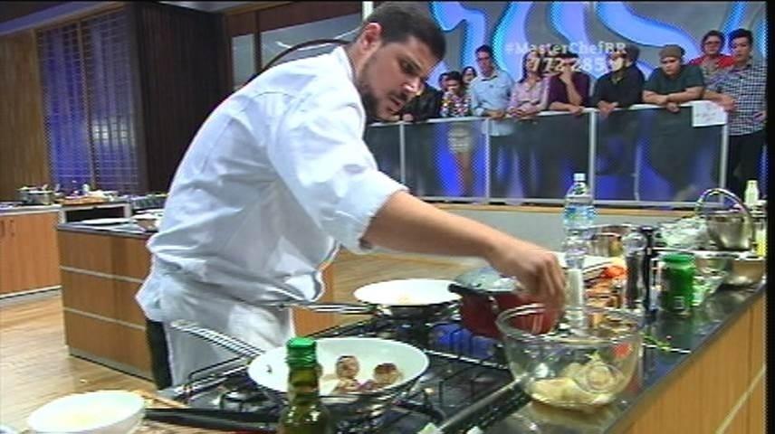 15.set.2015 - Raul segue o conselho de Jacquin e usa duas frigideiras para finalizar seus pratos
