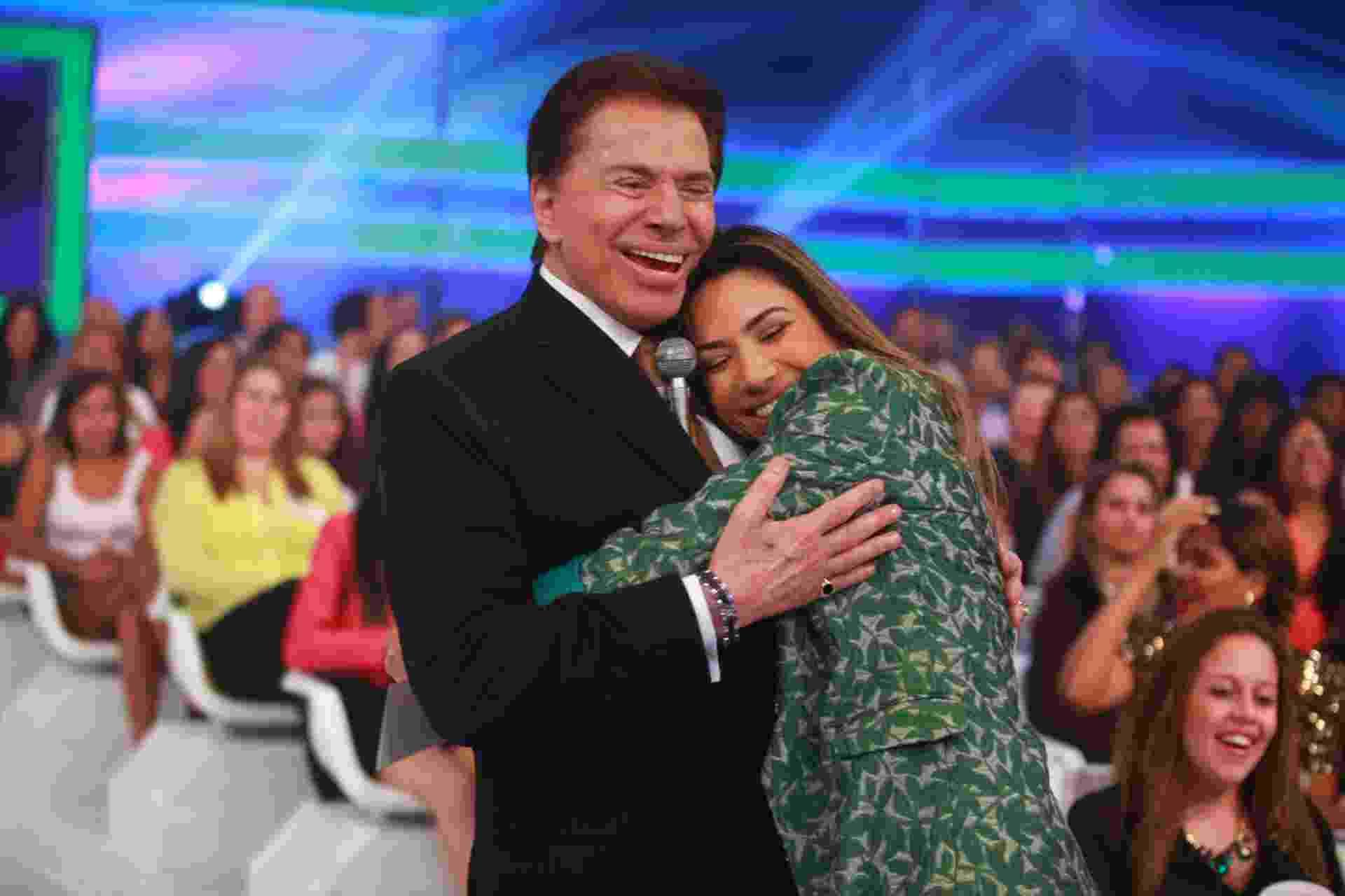 """2014 - Silvio Santos abraça Patricia Abravanel, sua """"filha número 4"""" - Divulgação/SBT"""