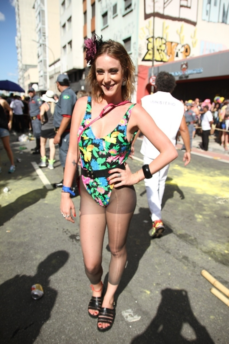 31.jan.2016 - A atriz Carol Abras usa maiô cavado e meia calça para curtir o desfile do bloco Acadêmicos do Baixo Augusta, em São Paulo.