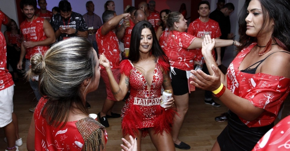 8.fev.2016 - Sob o olhar atento de Duda Nagle (à esq.), Aline Riscado dança no camarote, na Sapucaí