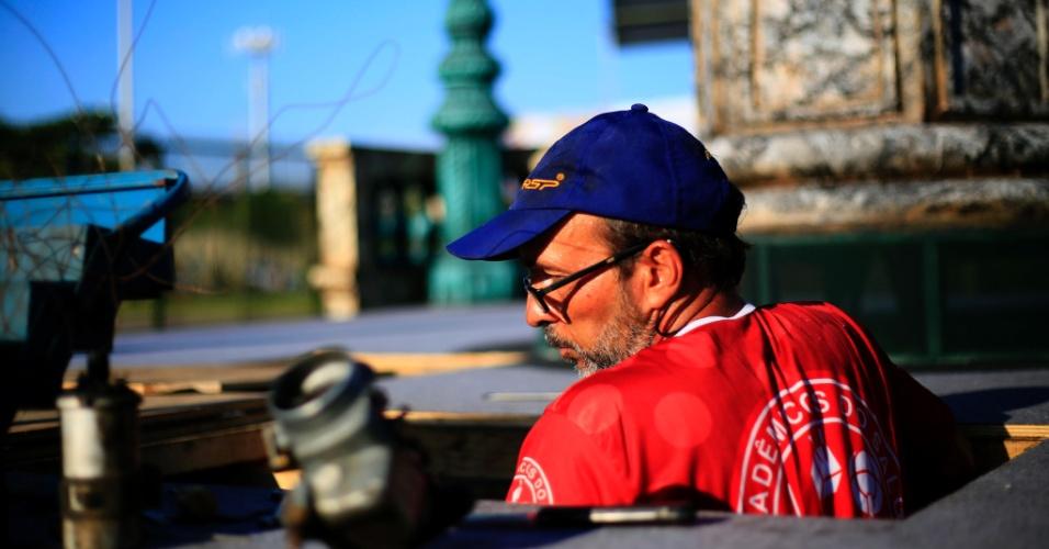 8.fev.2016 - Integrante da Salgueiro faz últimos reparos em carro alegórico na tarde desta segunda. Escola é a segunda a entrar na avenida nesta noite, após a Vila Isabel
