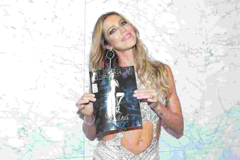 12.abr.2016 -  Luana Piovani posa para fotos segurando a sua revista - Rafael Cusato/Brazil News