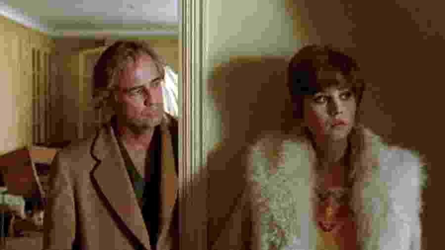 """Marlon Brando e Maria Schneider em cena de """"O Último Tango em Paris"""" - Reprodução"""