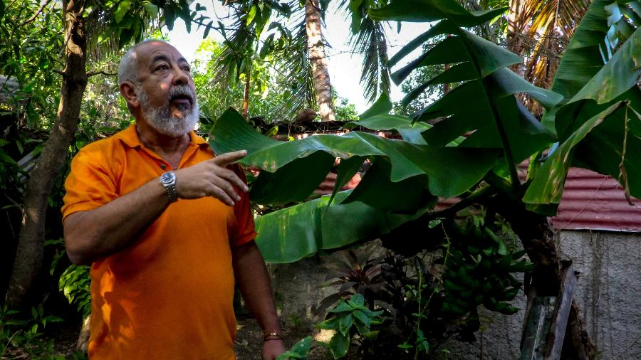 O escritor cubano Leonardo Padura durante uma entrevista na casa dele no bairro rural de Mantilla, em Havana - Adalberto Roque/AFP