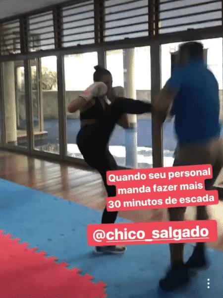 Bruna Marquezine finge dar um chute em Chico Salgado - Reprodução/Instagram - Reprodução/Instagram