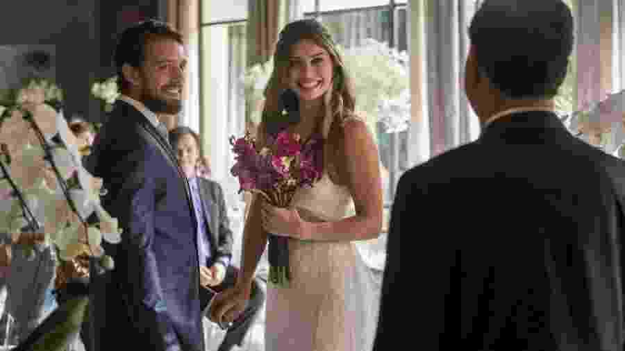"""Em """"O Outro Lado do Paraíso"""", Renato pede Lívia em casamento e os celebram a união - Reprodução/Gshow"""