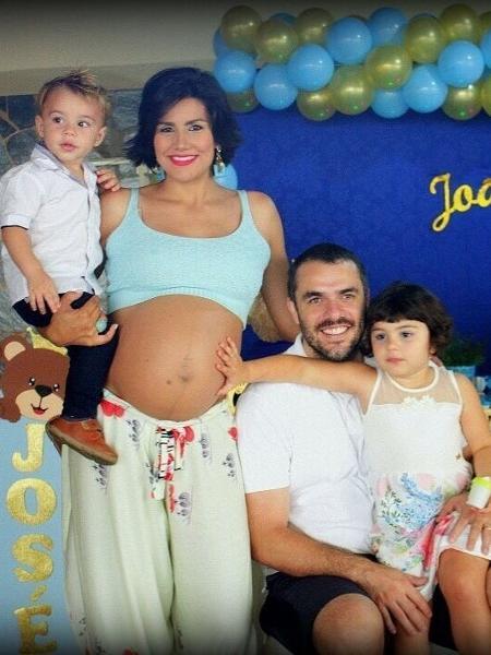 Os ex-BBBs Mariana Felício e Daniel Saulo estão juntos há 12 anos e são pais de Anita, Antônio, João e Josém que na foto ainda estavam na barriga da mamãe - Reprodução/Instagram
