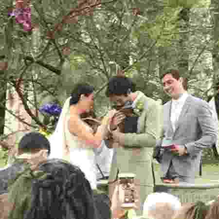 Zeca, cachorro de Isis Valverde, leva as alianças do casal - Reprodução/Instagram