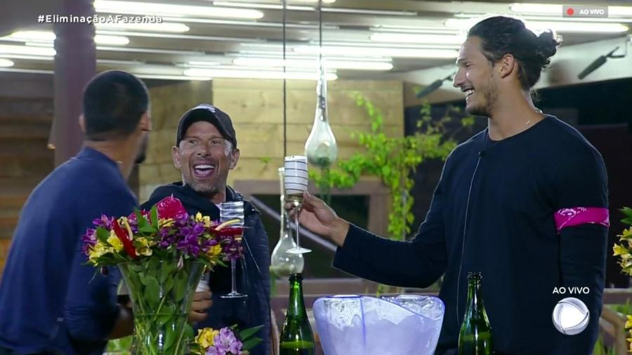 Finalistas brindam após o fim da décima segunda roça  - Reprodução/RecordTV