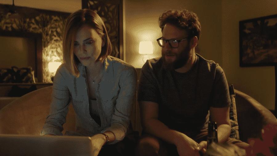 """Charlize Theron e Seth Rogen em """"Casal Improvável"""" - Reprodução/YouTube"""