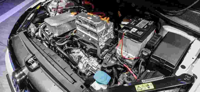 Carros eletrificados exigem mão de obra especializada; na foto, o híbrido VW Golf GTE - Fabricio Bomjardim/Brazil Photo Press/Folhapress