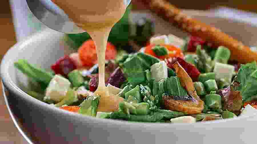 Molhos para salada que levam queijo na composição costumam ter muitas calorias - iStock