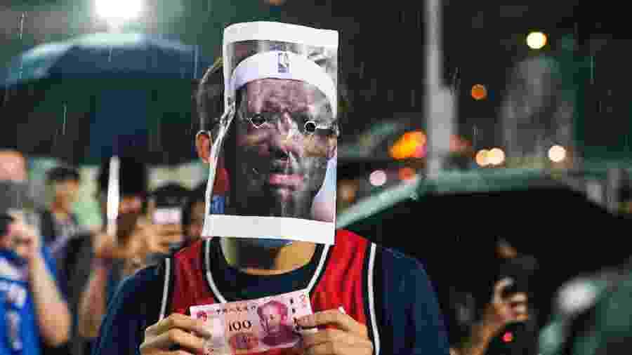 A ação aconteceu ontem, em Hong Kong, quando cerca de 200 manifestantes gritavam contra o governo chinês  - Getty Images
