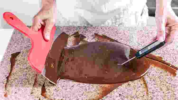 A forma mais tradicional para temperar chocolate é numa bancada de pedra  - Getty Images/iStockphoto