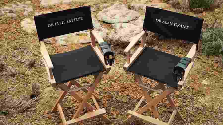 """Laura Dern publica foto das cadeiras com os nomes de seu personagem e de Sam Neill em """"Jurassic Park"""" - Reprodução/Instagram"""