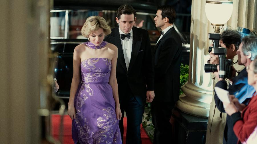"""Emma Corrin e Josh O""""Connor como princesa Diana e príncipe Charles em """"The Crown"""" - Reprodução/Twitter"""