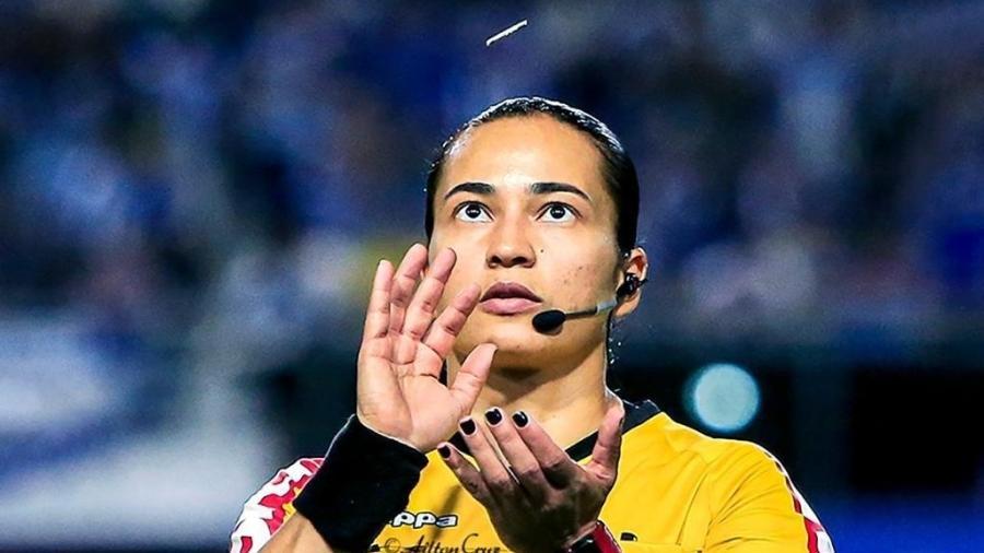 A árbitra, ao lado da bandeirinha brasileira Neuza Back, foi escolhida para integrar o quadro de árbitros do torneio - Arquivo Pessoal